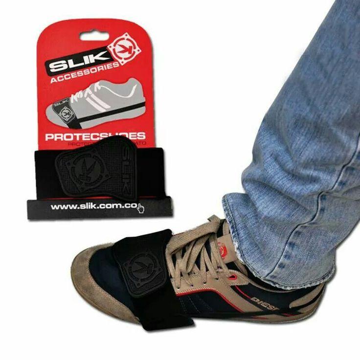 """Protector de Zapatos para Motociclistas SLIK Accesories, Marquilla en PVC pegado a un elástico de 5 cm y en la parte de atrás elástico de 1 cm para ajuste. Entra aquí http://www.slik.com.co/coleccion/motos.html y entérate de más. SLIK Accesories """"Justo para ti""""."""