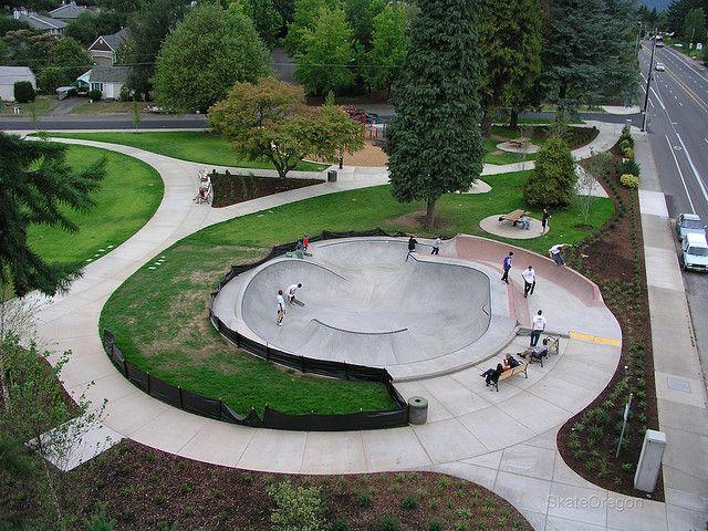 Parque Holly Farm, no centro de Portland, com pista para a prática de skate. Estado de Oregon, USA.  Fotografia:  - Wikipédia, a Enciclopédia Livre