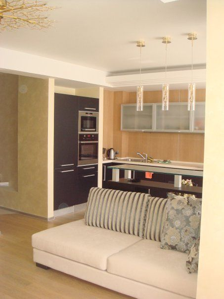 Зонирование гостиной и кухни с помощью барной стойки