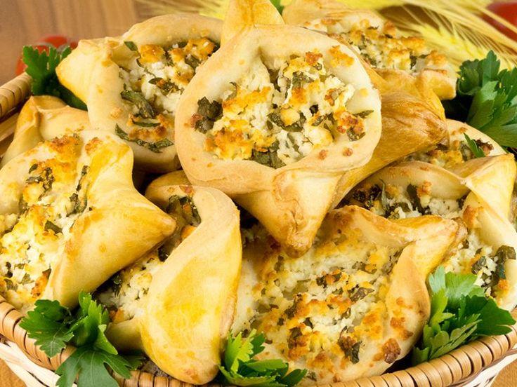 Plăcințele cu brânză și verdeață – gustul copilăriei de neuitat!