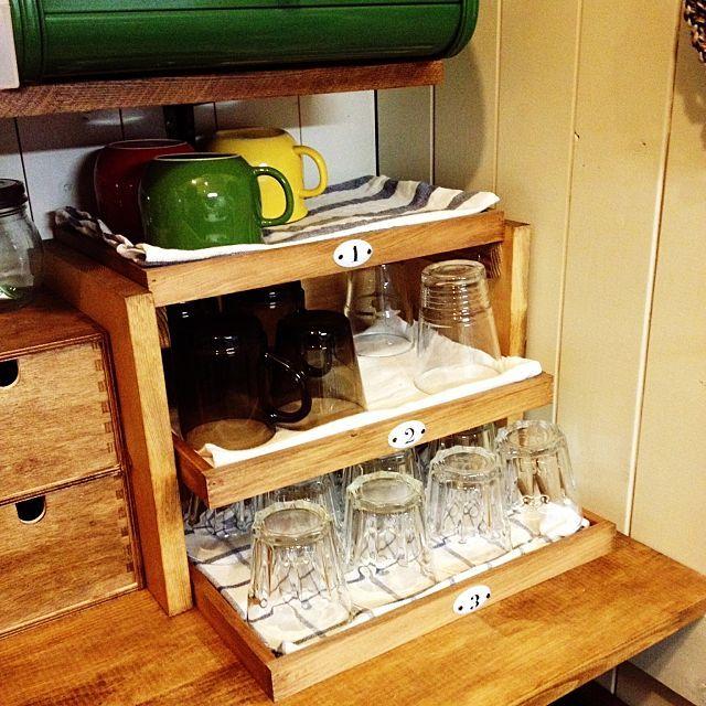 日々の食事やティータイムに、何度も開け閉めする食器棚。どんな風に食器を収納されていますか?今回は、収納上手なRoomClipユーザーさんの食器棚をまとめてご紹介します。取り出しやすい、というのはもちろんのこと、収納力をUPしながらすっきり見せる、美しい収納ワザ。ぜひ参考にしてみてくださいね。