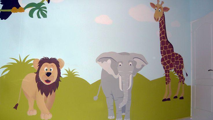 Ζωγραφική στον τοίχο του δωματίου του μωρού με θέμα τα ζωάκια της ζούγκλας. Δείτε περισσότερες ιδέες διακόσμησης για το παιδικό ή βρεφικό δωμάτιο στη σελίδα μας  www.artease.gr