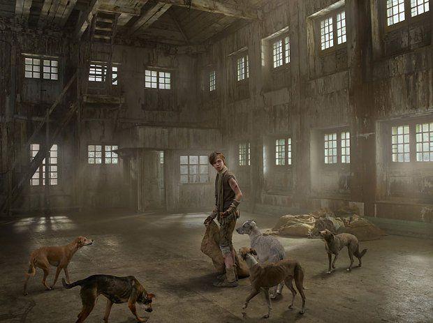 Iwan Miszukow, 1998    Iwan miał cztery lata, gdy uciekł od swojej ludzkiej rodziny. Berbeć szlajał się po ulicach Moskwy w towarzystwie zdziczałej watahy psów. Z czworonogami dzielił się jedzeniem i powoli awansował na lidera stada.