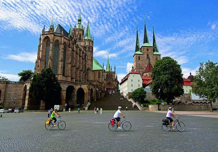 Dom St. Marien Erfurt  Dom St. Marien und Severi Kirche  Dom St. Marien Erfurt  Dom St. Marien Erfurt  Dom St. Marien Vor Der älteste Kirchenbau Erfurts wurde im 8. Jahrhundert grundgelegt. Anfangs diente der Dom als Bischofssitz und war während des Mittelalters bis in das frühe 19. Jahrhundert Sitz des Collegiatstifts St. Marien. 1507 erhielt Martin Luther im Dom die Priesterweihe.