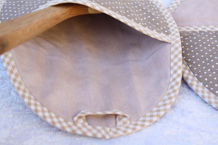 Kochutensilien - Topflappen oval Eingriff beige Punkt Küche Backen  - ein Designerstück von trixies-zauberhafte-Welten bei DaWanda