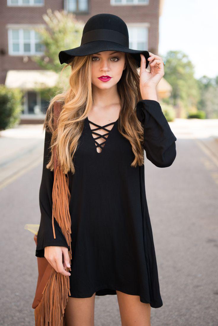 Een goede tas kan je hele outfit afmaken #fringe #bag #clutch #hoed #hat #lace-up #black #dress #zwarte #jurk