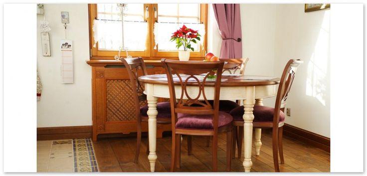 Stół i krzesła wykonane na zamówienie do klasycznej kuchni w stylu prowansalskim. Zabieg użycia jasnego koloru na nogach stołu nadaje zestawowi niepowtarzalny charakter.    Table with chairs made for elegant, provencal kitchen; table with white legs