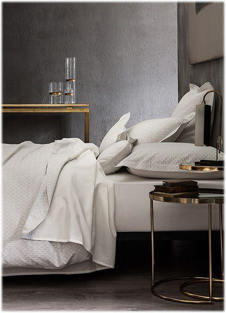 Ingenue ivoire By Nina Ricci.  Cette parure tendance est dans l'air du temps et d'inspiration scandinave avec ces tons sable et ivoire et son design graphique épuré. Existe aussi en beige.