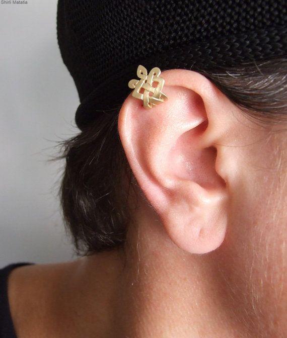 Een speciale en gevoelige oor manchet, geïnspireerd door de Keltische ontwerpen. Het is gemaakt van 18 k goud verguld zilver en hoeft niet een gat in het oor. Wanneer u bestelt, kunt u de gele of roze goudlaag kiezen. Het heeft een mooie matte afwerking.  U zet het op door deze te schuiven vanaf de onderkant van de klep van uw oor totdat het de gewenste ze zitten locatie bereikt. Ik maak de kloof tussen de voor- en achterzijde vrij breed, dus het gemakkelijk op het oor uitglijden zal, en dan…