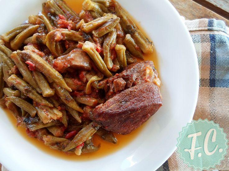 Οι μπάμιες είναι από πιο νόστιμα καλοκαιρινά λαχανικά! Ο συνδιασμός τους, με το μοσχάρι ή το κοτόπουλο, μας δίνει ένα από τα καλύτερα φαγητά της Ελληνικής Κουζίνας!