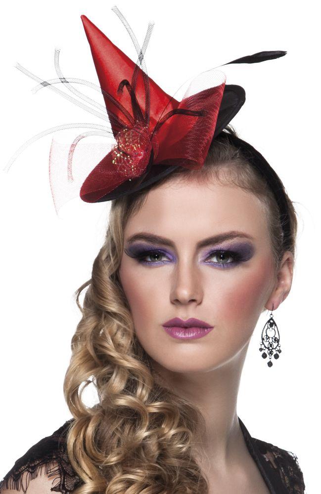Minihattu: Paholaisnainen. Pääpanta jossa punainen minihattu. Koristeena ruusu sekä höyheniä.