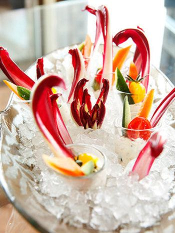 小さなグラスに、チーズディップと細切り野菜を入れて、氷の中へ!なんて素敵なおもてなし♪夏にぴったりですね。珍しい野菜などを使うと話題性も高まるそうです。