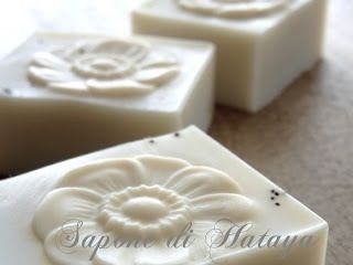 芥子の石けん. savon, l'opium.  poppy motif, with poppy seeds