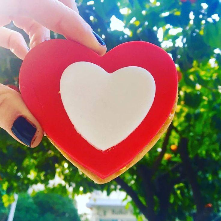 Καραμέλες, σοκολατάκια, μπισκότα,γλυφιτζούρια, πάστες, τούρτες για ολα τα μεγέθη αγάπης... εσείς αγαπάτε πολύ;;; #cookies #heartcake #iloveyou #dessertporn #lollipops #foodporn #iloveyou #love #valentinesday #despina