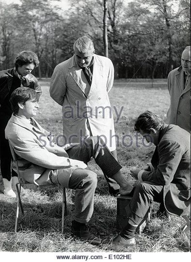 Actor Anthony Perkins sprains ankle on set - Stock Image