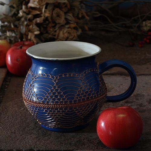 """Modrý drátovaný hrnek - keramika Ručně točený keramický hrnek """"buclák"""" jeodrátovaný měděným drátkem. Obsah je cca 0,6 l, výška 11,5 cm, šířka 11cm. Hrnek doporučuji vymývat ručně. Zasílám jako křehké zboží."""