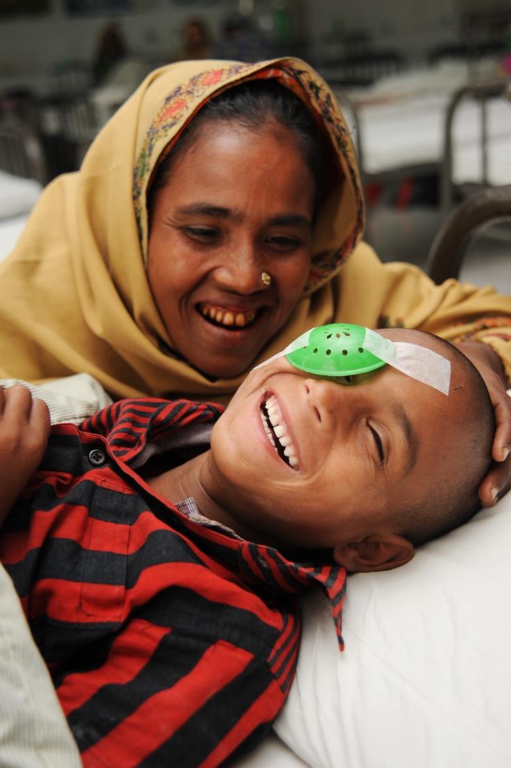Il piccolo Nizam oggi è un bambino felice grazie all'operazione di cataratta che gli ha restituito la vista.   Nizam potrà tornare al più presto a scuola e svolgere le attività di tutti i giorni. Il suo futuro sarà più luminoso.  Continua a leggere la sua storia http://www.sightsavers.it/il_nostro_lavoro/nel_mondo/asia/bangladesh/15736.html