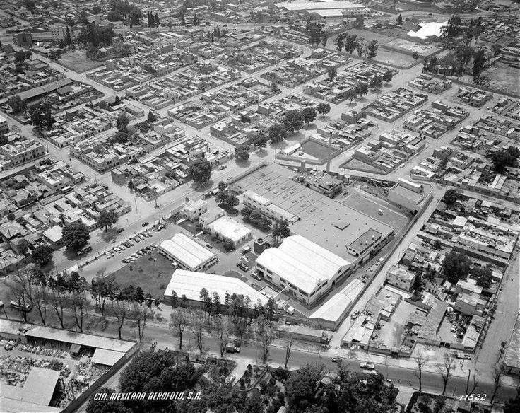 La fábrica de Uniroyal, ahora propiedad de Llantas Tornel, y las calles de la colonia Torre Blanca en una toma aérea de 1955. La vista es hacia el sur; en la parte inferior se aprecian la Calzada México-Tacuba y parte del Panteón Británico.