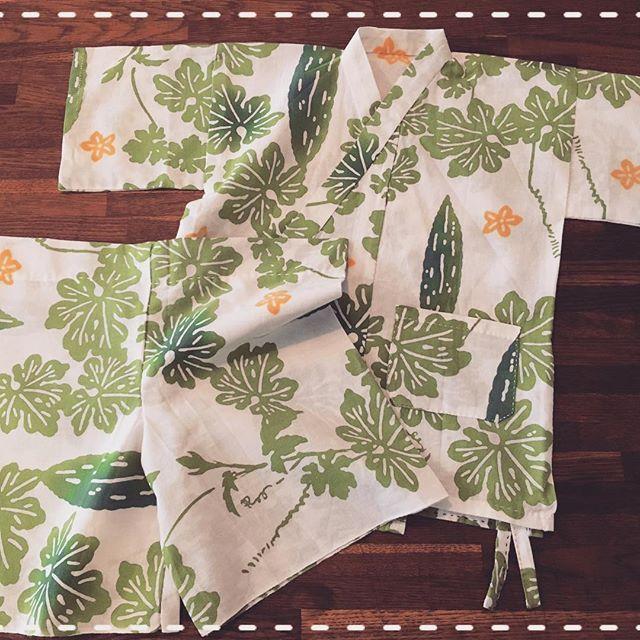 ゴーヤの柄で甚平。 夫婦ふたりの共同作業でした。 妻が作り始める→途中で挫折→夫が完成。 来年の夏、着せるのが楽しみだね。  #夫婦で針仕事  #手縫い #手作り子供服 #手作り服 #刺し子 #ちくちく #手縫いパパ #手縫いママ #自分時間 #手ぬぐいリメイク #手ぬぐい甚平 #子供甚平 #赤ちゃん服 #ゴーヤ