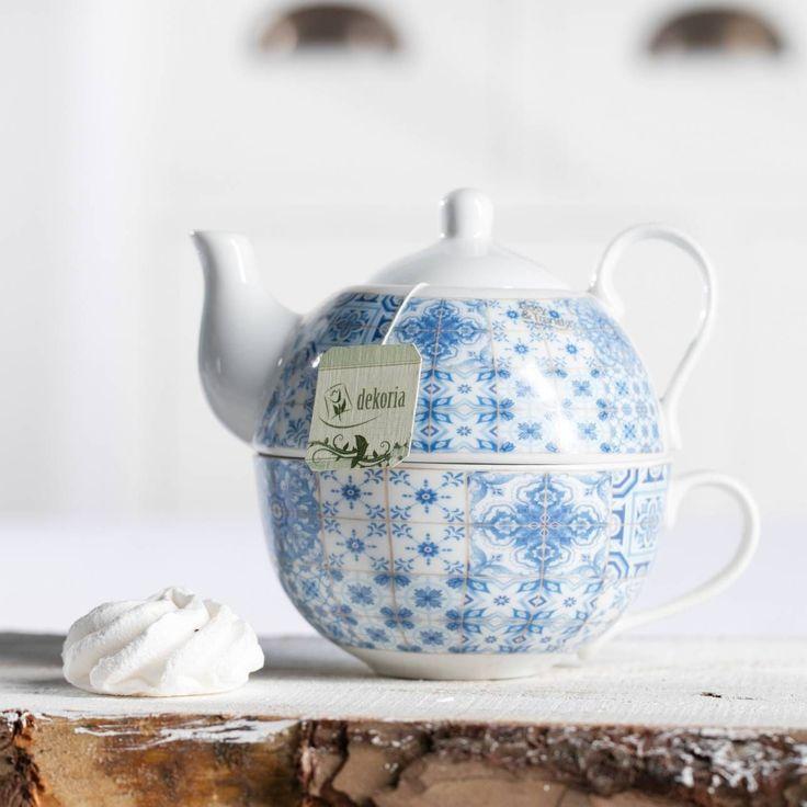 Ein #Teeservice aus #Keramik mit filigranem Muster in #Hellblau und #Weiß