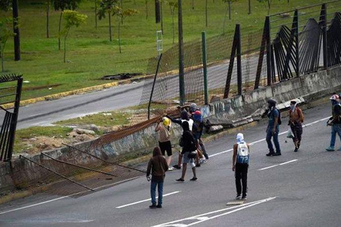 Cerca de La Carlota fue derribada por grupo de encapuchados