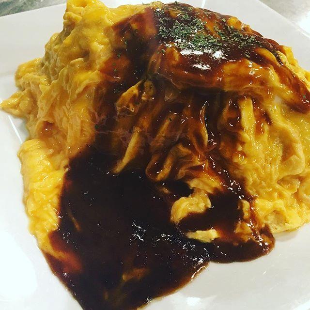 関西バターソース オムライス😊😊 本日は舞台です!! そしてなんと、と、と、本日12月2日は キチキチさんのお店 ザ・洋食屋キチキチの39周年です🎵🎵 おめでとうございます!! なのでオムライスの投稿にしました😭😆✌️ もっともっと新ネタ! 料理作るぞー!!! ほな漫才してきますー!!😋 #包丁#料理#まかない#絢香#イタリアン#パスタ#芸人#お笑い#ペンネ#ポンポコ団#オムライス#洋食#中華#Roomayaka#チーズ#丼 #漫才#うどん#キング飯#前菜#肉#リゾット
