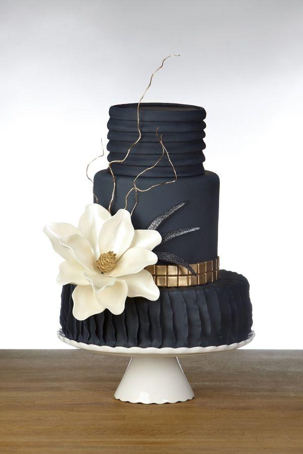 Pastel negro con flor blanca