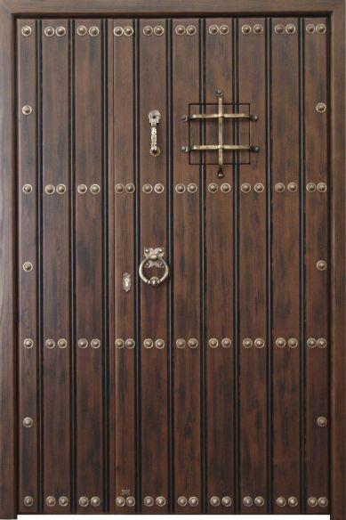Puerta rústica de una hoja de duelas con fijo lateral, postigo y reja. Estructura y marco realizadas en pino macizo. Duelas a una cara de madera antigua de pino recuperada. Clavos y demás herrajes de hierro forjado artesanal o de bronce (como en fotografía). Incorpora cerradura de seguridad y manivela rústica incluida. Acabado anticuario con pátina de cera. Posibilidad de fabricar por encargo en cualquier medida, madera y acabado