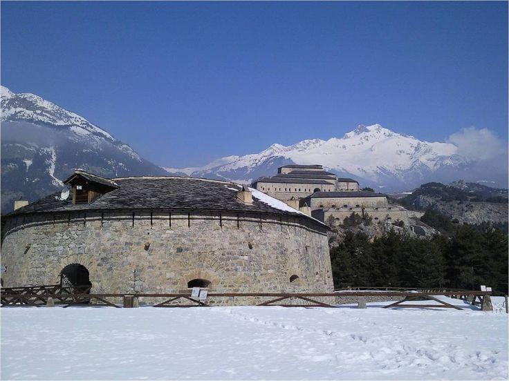 La Redoute Marie-Thérèse, en forme de fer à cheval, surplombée par l'impressionnant Fort Victor-Emmanuel