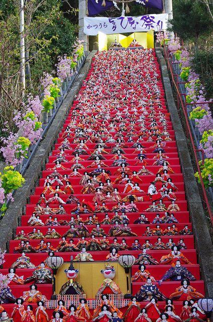 """L'Hinamatsuri(""""Festa delle bambole"""" o """"Festa delle bambine"""") è una ricorrenzache cade il3 marzo. Si preparano delle piattaforme con untappeto rosso(hi-mōsen), sulle quali vengono esposte lebamboleornamentali(hina-ningyō)che raffigurano l'imperatore, l'imperatrice, gli attendenti e i musicisti dellacorte imperialecon vestiti di corte delperiodo Heian. Durante l'occasione, i familiari delle bambine pregano perché venga data loro bellezza e salute."""
