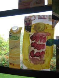 De kinderen mogen een verpakking uitkiezen en deze naschilderen