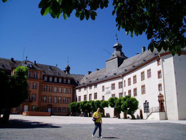 Schloss Berleburg, der Hof mit Hauptgebäude und Nordflügel.