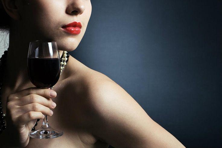 El vino mejora tu vida sexual. A la extensa lista de propiedades atribuidas al vino, parece que se le puede agregar una más, todo parece sugerir que esta popular bebida es un poderoso estimulante sexual tanto para mujeres como para hombres y no solo se trata del ya conocido efecto desinhibidor del comportamiento social.