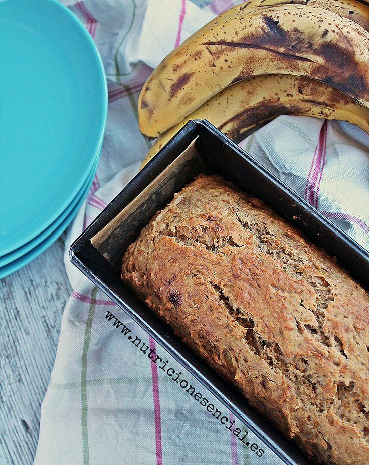 El pan de plátano es una mezcla entre pan de molde y bizcocho. Ni tan dulce y esponjoso como un bizcocho, ni salado y tan denso como el pan, pan.