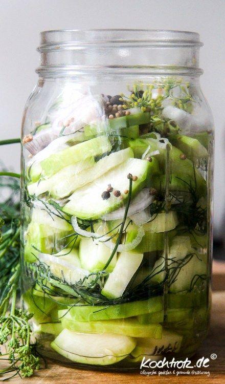 Ich unterbreche das Joghurt-Special für dieses Grundrezept zum sauren Einlegen von Gemüse. Viele von Euch haben ja derzeit die Zucchini-, Gurken, Rote Bete- und überhaupt Gemüse-Schwemme. Das Rezep…