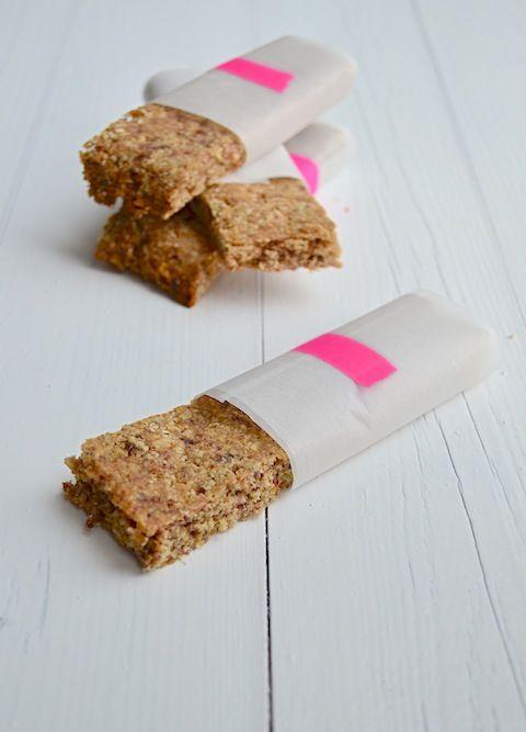 healthy haverrepen Ingrediënten voor 10 st. 150 gr dadels 50 gr hazelnoten 150 gr havermout 40 gr honing 2 el olijfolie 2 el water