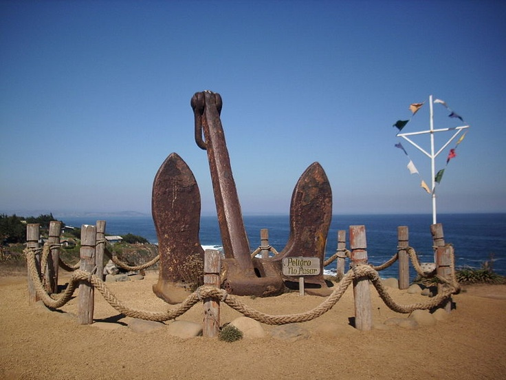 Un ancla instalada en los terrenos de Cantalao, proyecto artístico y cultural impulsado en Isla Negra por el poeta chileno Pablo Neruda. Fotografía del 17 de abril de 2012.