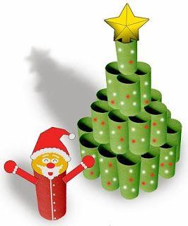 Árbol de navidad con tubos de cartón superpuestos, pintados en color verde acompañado por un papá noel hecho con tubo de cartón pintado en color rojo.