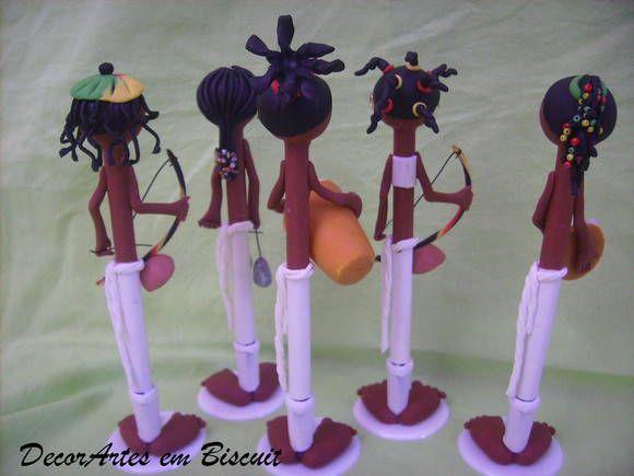 Canetas decoradas modelo boneco capoeirista  Caneta utilizada Bic cristal tinta azul.  Ideal para Lembrança da Bahia, decoração, presente  Segue embalados em saquinhos transparente medindo 8,5x25