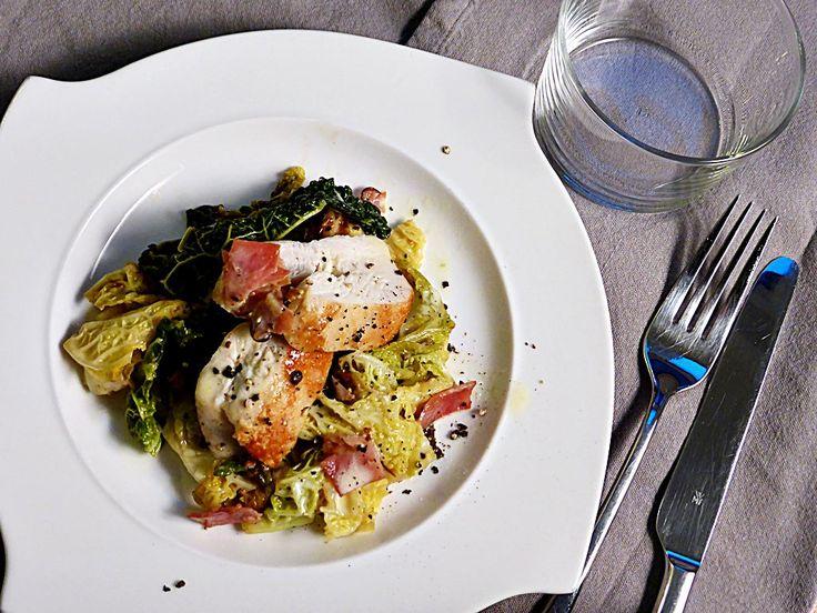 """Ein klassisches Gericht raffiniert zubereitet: Hähnchen mit Wirsinggemüse. Das Gericht ist etwas aufwendiger, denn es sind Beilage, Sauce und Geflügelzuzubereiten. Das Essen schmeckt super und der besondere Geschmack der einzelnen Bestandteile bleibt erhalten. Für alle, die Wirsing mögen, ist dieses Gericht nur zu empfehlen! Inspiriert hat mich das Rezept aus dem Johann Lafer Kochbuch """"Meine […]"""