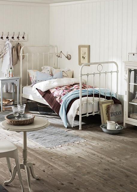 Reutilizando viejas camas de forja en nuestra casa ideal