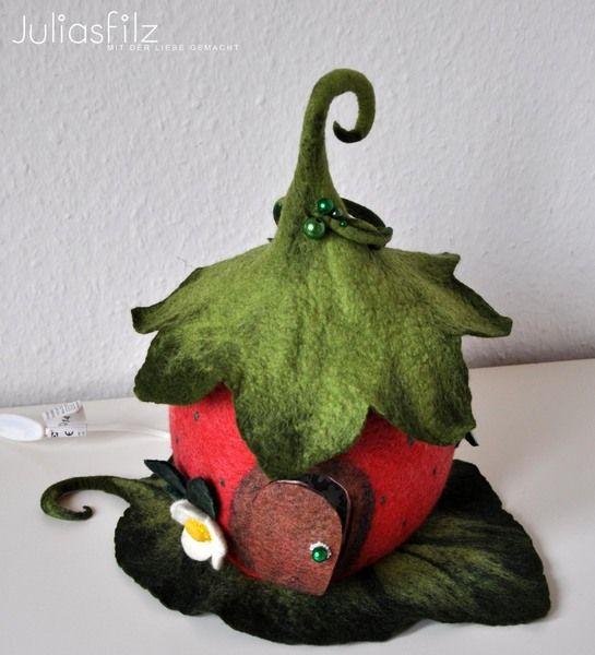Filz Lampe Erdbeer-Haus rot grün von juliasfilz auf DaWanda.com