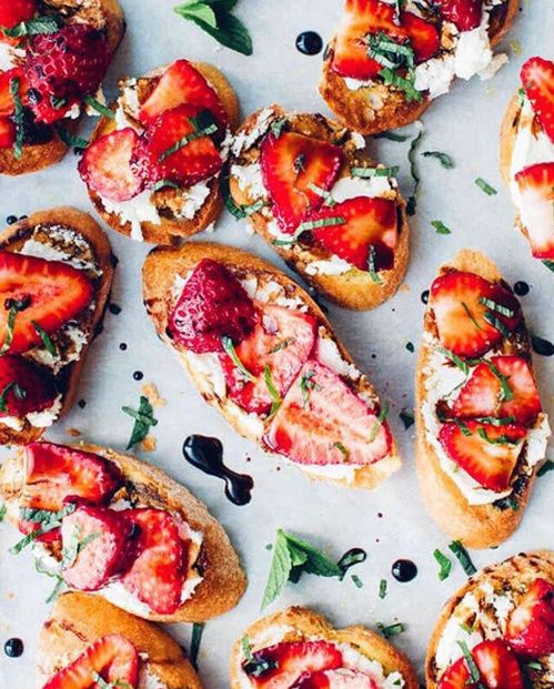 Les toasts à la fraise, au fromage de chèvre et à la menthe de Foodess