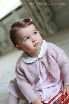 Η πριγκίπισσα Σάρλοτ γίνεται ενός και ποζάρει για τη μαμά Κέιτ [photos]