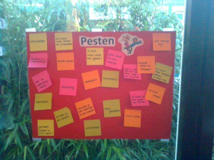 Post it hangen bij wat ze van pesten vinden of waar ze aan deken bij pesten. Project vriendschap en pesten