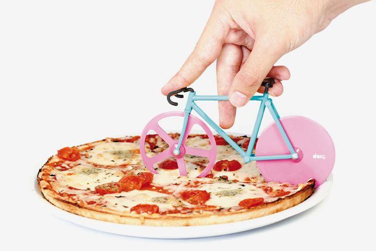 Fixie: La bici per tagliare la pizza http://www.design-miss.com/fixie-bici-per-tagliare-pizza/ Il #tagliapizza #Fixie è il #gadget per aggiungere un tocco #cosmopolita alle cene con i vostri amici o ai #pizzaparty del #sabato sera