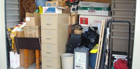 Jos joutuu vuokraamaan ulkopuolisen varaston sen vuoksi, että kaikki tavarat eivät mahdu enää kotiin, kannattaa myöntää itselleen, että tavaraa on liikaa. Ihmiset vuokraavat helposti nykyään kalliita varastotiloja tavaroille, joita eivät itse asiassa koskaan tarvitse. Vuosien aikana näihin varastovuokriin saattaa kulua tuhansia euroja. Onko säilyttämäsi tavara sen arvoista?
