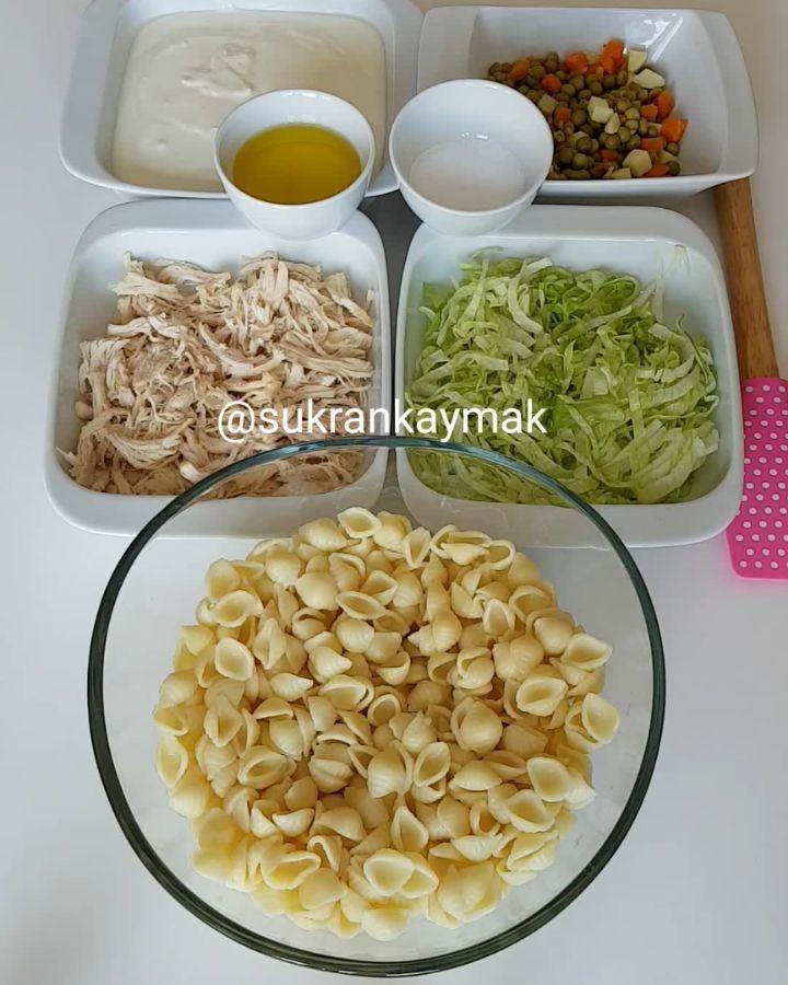 Baş Köşe Salatası Tarifi için Malzemeler Yarım paket makarna Yarım tavuk göğsü 1 su bardağı bezelye veya garnitür Bir parça ince ince doğranmış göbek kıvırcık Zey