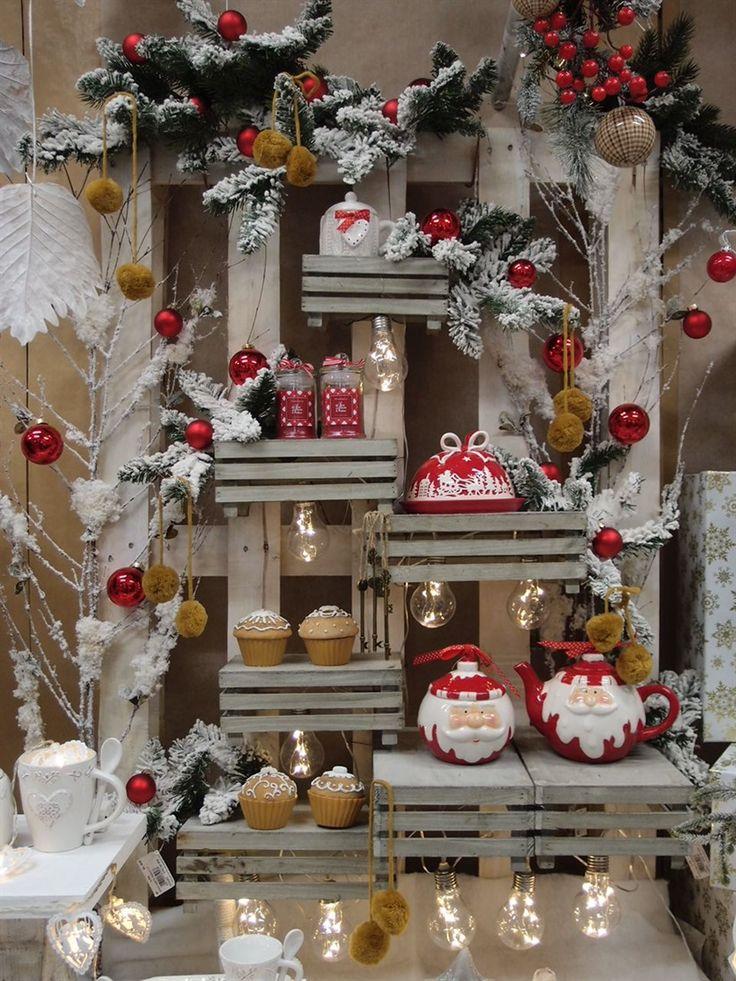 Se disponiamo delle cassettine in legno in posizione tale da comporre lo scheletro di un albero di Natale, ecco qua un'idea per vetrine o allestimenti fai da te.