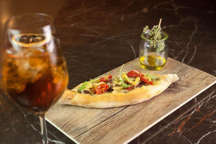 Ξέρω τι θα κάνουμε σήμερα το βράδυ ή όποιο βράδυ έχετε όρεξη για ποτό. Η Χύτρα έχει καινούργιο street food menu και ταιριάζει άψογα με τα cocktail σας.